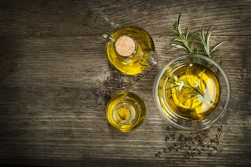 Aceite de oliva en recipientes de cristal