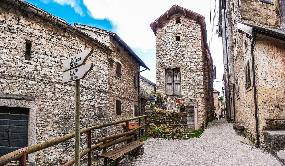 Conjunto de casas de piedra antiguas