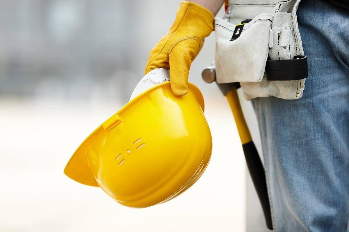 casco y vestimenta de seguridad laboral